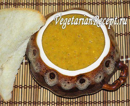 Нежный и очень вкусный суп-пюре из чечевицы. Чечевичный суп-пюре на самом деле очень полезный и питательный. Простой рецепт с пошаговыми фотографиями.