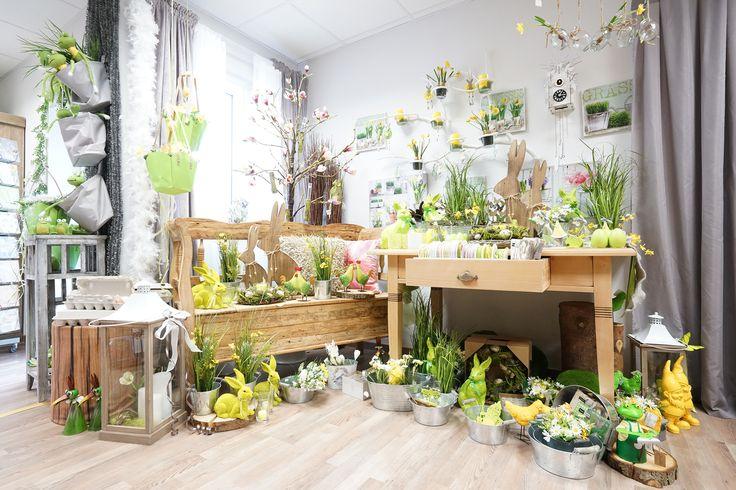 Deko für den Frühling: Hasen, Zwerge und Frösche und viel grünes Gras. #Holzbank