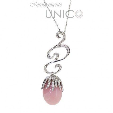 Ciondolo in oro bianco con opale rosa e brillanti. Acquistabile online: bit.ly/1PFn7aq