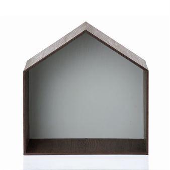 Dieses Wandregal von Ferm Living erinnert mit seinem charakteristischen Aussehen an ein Vögelhäuschen. Aufgrund der Maße kann dieses Regal aber auch statt einem Nachttischchen eingesetzt werden, bestellbar in verschiedenen Ausführungen.