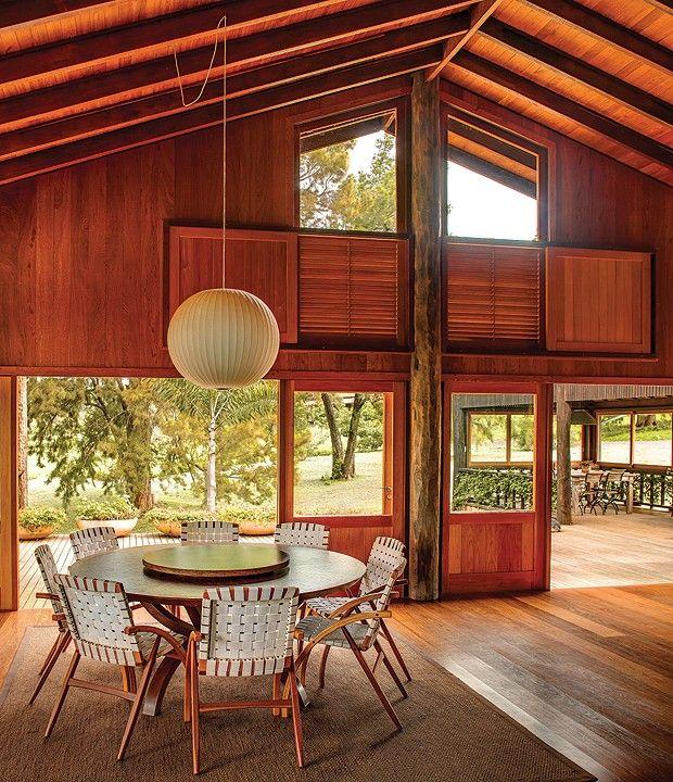 Quase toda de madeira, a casa de 550 m², projetada pelo arquiteto Carlos Motta, foi executada com o mesmo esmero que ele dedica aos móveis. Elevada no terreno, pouco toca o chão e se harmoniza com a paisagem da fazenda na Serra de Botucatu, SP