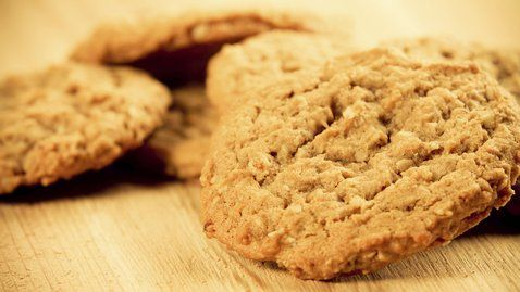 These Oatmeal Biscuits are delicious and super easy to bring on a picnic. http://gustotv.com/recipes/snacks/oatmeal-biscuits/