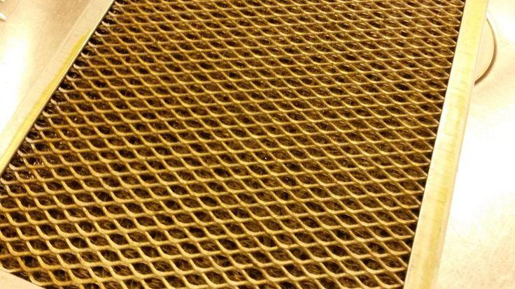 Rasvainen liesituulettimen suodatin. Lika näkyy rusehtavana pinnalla. Copyright: Anna Paasonen. Kuva: Anna Paasonen.