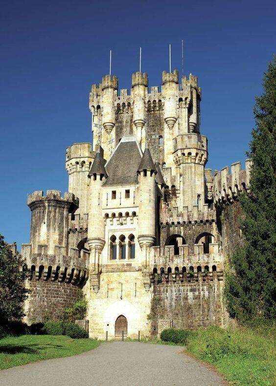 Butrón es un castillo situado en Gatika, en la provincia de Vizcaya, en el norte de España. Su origen data de la Edad Media, aunque debe su apariencia actual a una reconstrucción casi completa iniciada por Francisco de Cubas (también conocido como...