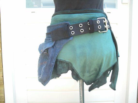 Heuptas van oude spijkerbroek met ruime zakken , gesloten met metalen gesp
