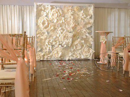 Свадебная арка в цветах из современных нетканых материалов на выездную регистрацию