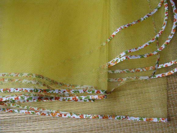 Toalha de filó com acabamento em viés colorido.  Ideal para cobrir e proteger os alimentos na mesa.  Medidas aproximadas :- 1,00 m X 3,00 m. R$ 50,00