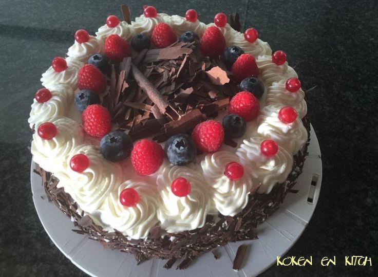 ... met chocolade en rode vruchten       Nodig voor biscuit:  Ronde bakvorm van 25 cm  200 g fijne suiker  2 p vanillesuiker  5 eieren  175...