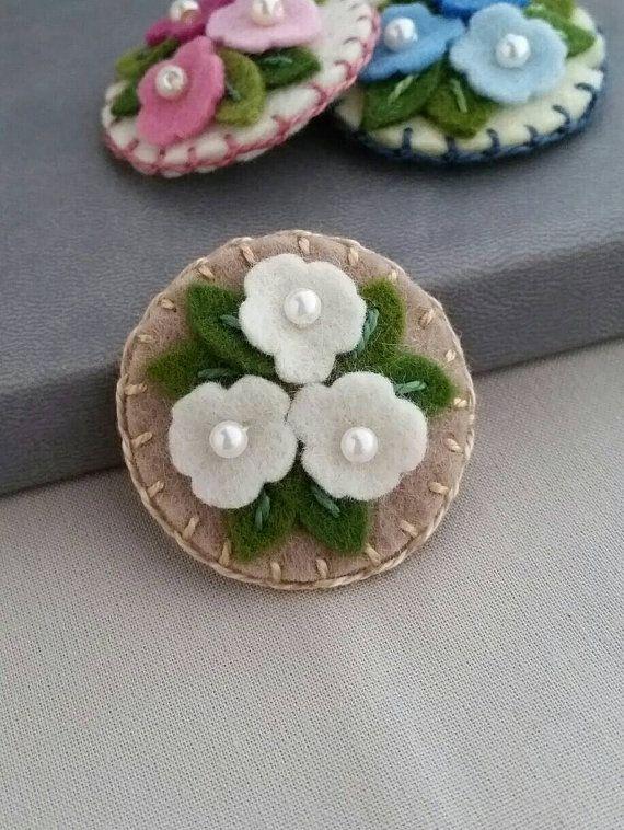 cluster-of-flowers-in-ecru-wool-felt snap hair clip