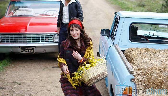 Fox TV de  yayınlanan Kiraz Mevsimi dizisinde Öykü Acar karakterini canlandıran Özge Gürel'in 40. bölümünde giydiği renkli uzun manto