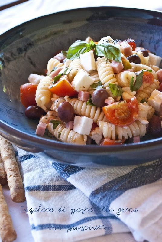 Ci ho preso gusto. Insalate di pasta...ma quanti abbinamenti possibili??   Questo è un classico...alla greca...feta, pomodorini, oliv...