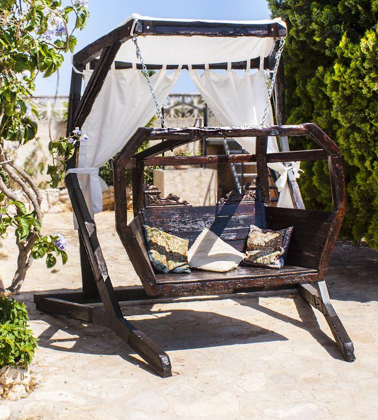 El delirio de los Vanir es el nombre de este sillón colgante que hemos hecho con una puerta de mobila vieja, mira como se impone y adopta el protagonismo de cualquier lugar Vive Rusticalia...