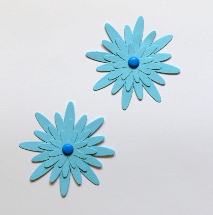 Květinka+modrá+8,5+cm+Modrá+kytička+je+vyrobená+z+pevného+kartonu+gramáž+220+gsm,+velikost+květinky+je+8,5+cm+ozdobená+dekorativním+hřebíčekm+vhodná+k+dekoraci+např.+přáníček,+krabiček,+pozvánek,+jmenovek,+taštiček.+Pomocí+oboustranné+lepicí+pásky+lze+nalepit+na+zeď,+na+skříňku,+na+okno.+Lze+vyrobit+i+v+jiné+barvě.+Z+květinek+lze+také+pomocí+tavné+pistole+a+...