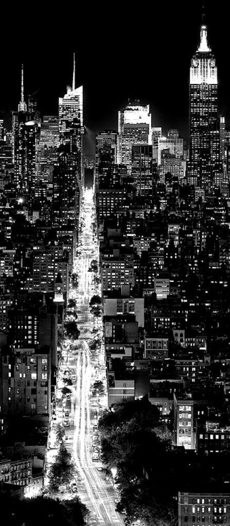 Una ciudad se hace un mundo cuando uno ama a uno de sus habitantes.: