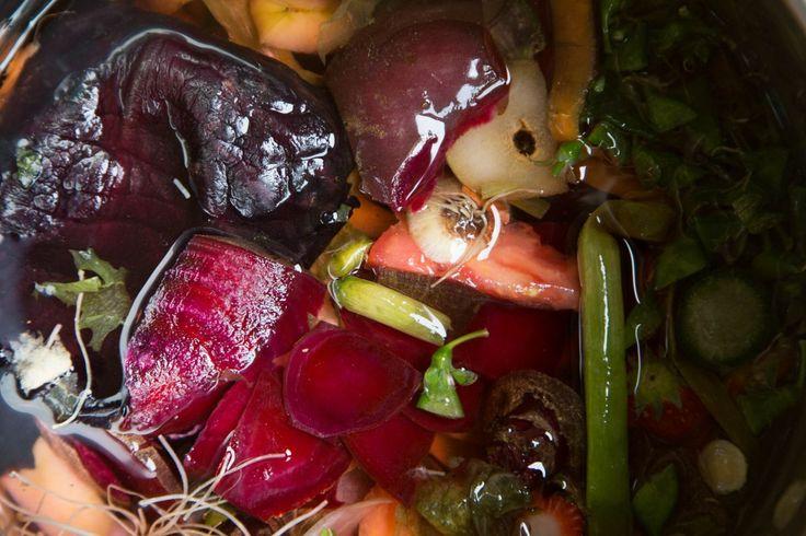 Gemiddeld gooien we jaarlijks per persoon zo'n 80 kilo groente/fruit en tuin afval weg. Uienschillen, spinazie die er niet helemaal meer fris uitziet, topjes van de bosui of de schillen van wortels…