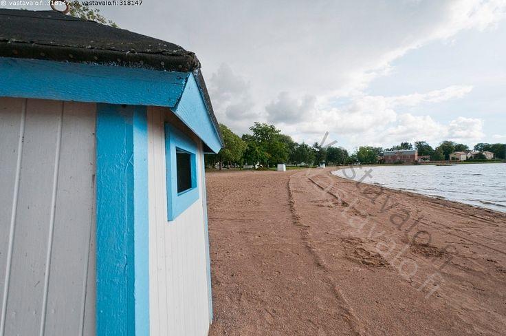 Pukukoppi - pukukoppi koppi puuta puinen maalattu valkoinen sininen ranta hiekka hiekkaa syksy sisämeri meri Raasepori Tammisaari Ekenäs