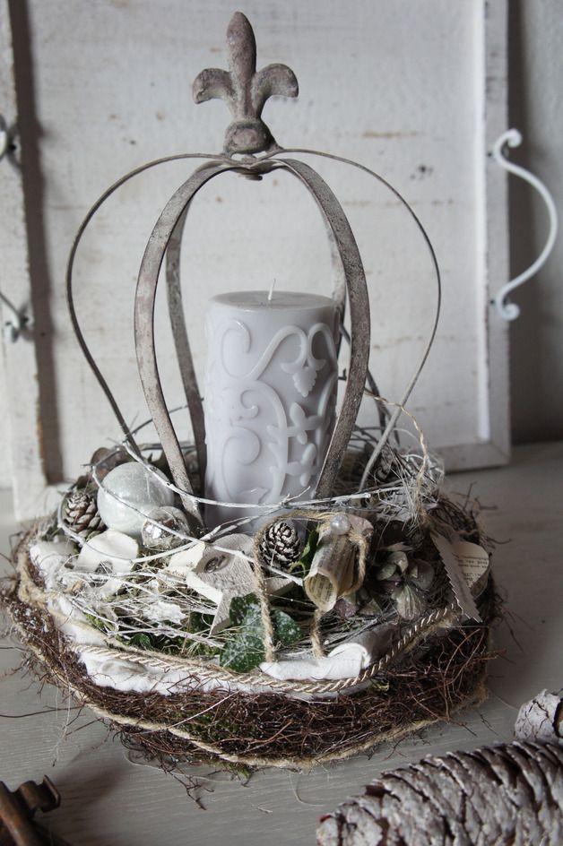 Eine zauberhafte Weihnachtsdeko.... Auf einem Strohkranz mit Moos sitz ein weißer Rebenkranz, in dem eine Metallkrone das Podest für eine Kerze bildet...es schlingen sich Reben, Äste, Bänder un...