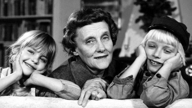 """Nicht Pippi, sondern Michel aus Lönneberga war Astrid Lindgrens liebste Figur. Vor 50 Jahren hat sie die ersten Sätze über den Lausejungen geschrieben. Die Geschichten schildern ein burlesk gezeichnetes Bauern- und Familienleben - ihr eigenes. [..] Ihr ganzes langes Leben erzählte Astrid Lindgren von ihrer Kindheit und ihren Erinnerungen an sie. """"Zweierlei hatten wir, das unsere Kindheit zu dem gemacht hat, was sie gewesen ist - Geborgenheit und Freiheit""""."""