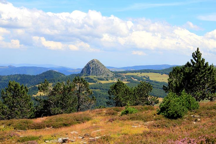 Véritable mosaïque de sites d'exception et d'écosystèmes naturels Des Boutières au nord jusqu'aux Cévennes au sud, le Parc naturel régional des Monts d'Ardèche offre un panorama étonnant sur des paysages éblouissants…Ses vallons façonnés en terrasses, ses montagnes et vallées rocailleuses ou verdoyantes, ses pentes agricoles et ses serres élevées participent à la valeur paysagère et patrimoniale de tout le département. Read more at…