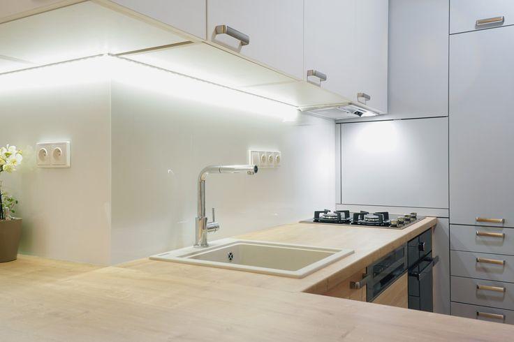 Biela kuchynská linka s podsvietením