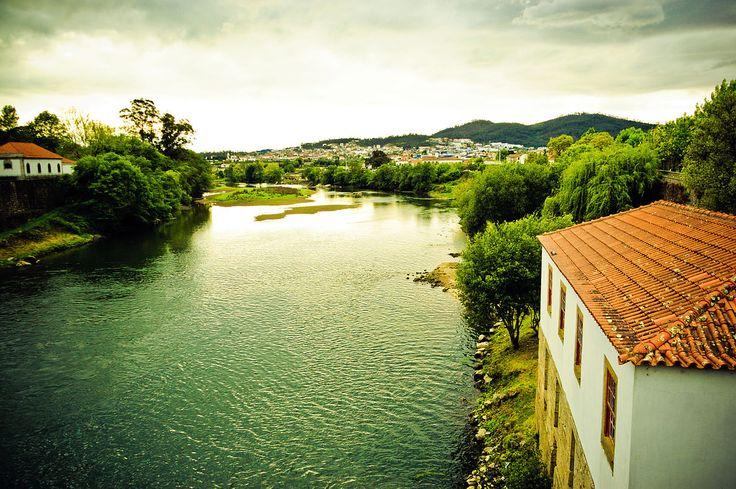 Barcelos, às margens do rio Cávado, Portugal.  Fotografia: Feliciano Guimarães.