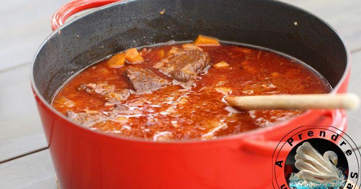 Boeuf en daube de Cyril Lignac Une recette idéale lorsque l'on veut préparer un bon repas sans pour autant être dans la cuisine. En effet, c'est le genre de plat qui mijote pendant près de 3 heures à feu doux mais par contre pendant ce temps, on peut faire autre chose ! De plus, comme tous les plats en sauce, il est meilleur réchauffé donc on peut tout à faire le préparer la veille pour le lendemain si on veut.