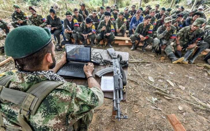 Miembros de la guerrilla FARC en una clase sobre el proceso de paz, en las montañas colombianas el 18 de febrero de 2016