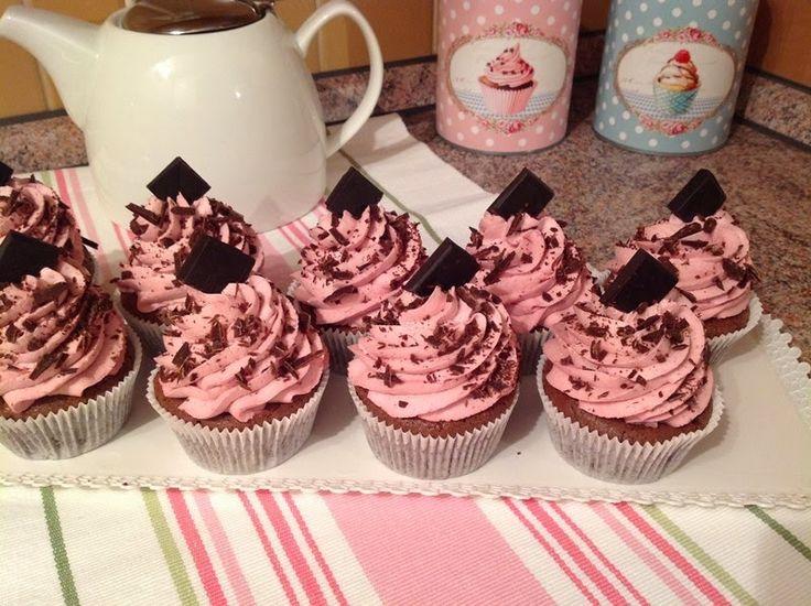 VÍKENDOVÉ PEČENÍ: Brownie cupcakes s malinovým krémem
