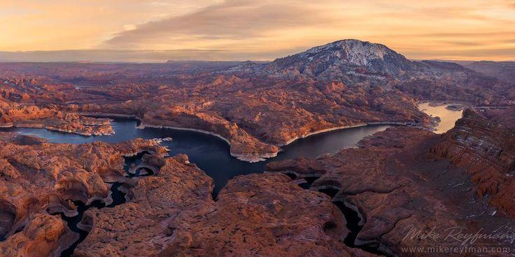 Бездорожье.... Каньон Отражений, Река Колорадо и Гора Навахо. Аэрофотосъемка.   .  Озеро Пауэлл образовалось после затопления Глен Каньона водами реки Колорадо. Протяжённость озера около 300 километров, длинна береговой линии 3100 километров (это больше, чем все западное побережье США), средняя глубина 100-150 метров. Ярко синяя вода, отвесные темно-оранжевые стены Глен Каньона и бездонное небо американского Юго-Запада формируют уникальные, невероятные по красоте пейзажи. Сотни боковых…