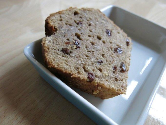 Recept voor een lekker vegan tussendoortje, bananenbrood met rozijnen en boekweit en speltmeel.