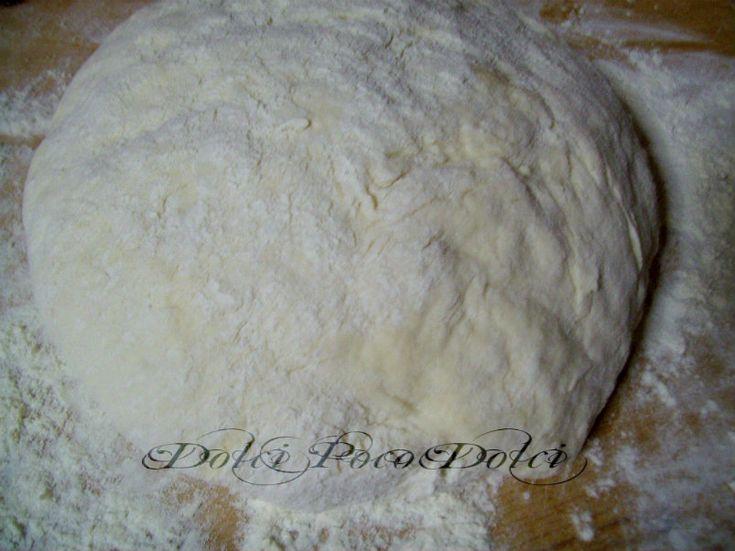 Impasto base per pizza al piatto con patata