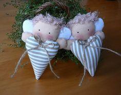 2 andělíčci Andělíčci jako celoroční dekorace interiéru či vánoční ozdoba - na vánoční stromeček, jako drobnost k dárku, ozdobení sváteční tabule, ke zpříjemnění vánoční nálady. Andělíček je na provázku, srdíčko je dozdobené mašličkou z juty. Rozměr je cca 12 x 8 cm. Uvedená cena je za dva andílky.