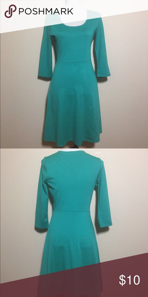 Old Navy Green Tea Dress 3/4 Sleeve Old Navy women's dress a line cut green dress with 3/4 sleeve. Pre-owned item in good condition with some sign of wear. Minimal wear on material. Old Navy Dresses