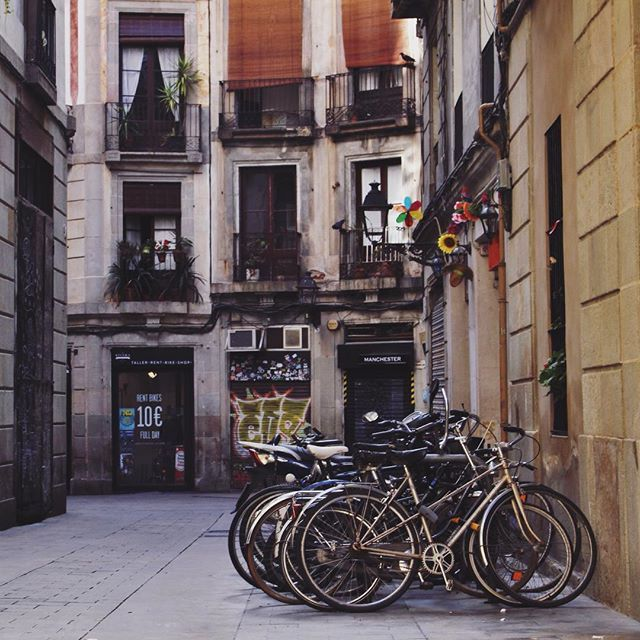 Bicycles at El Born, Barcelona, by La ciudad al instante © #barcelona #catalunya #europa #europe #elborn #architecture #arquitectura #bycicle #facadelovers #windows #instagood #ig_europe