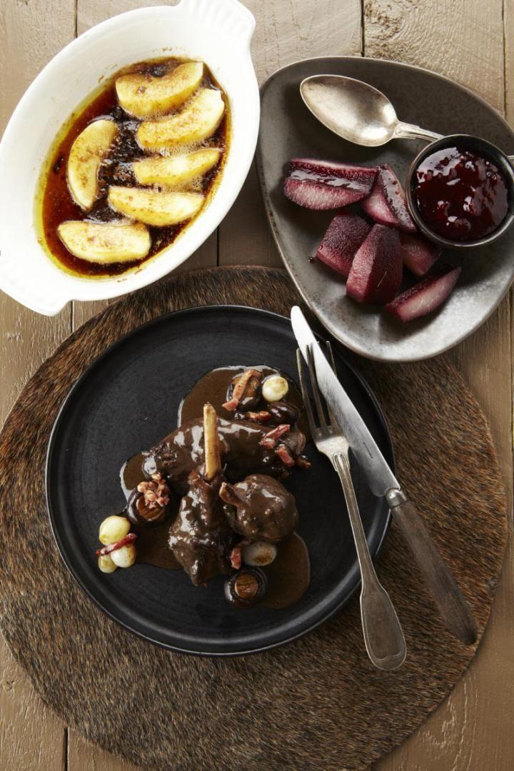 Breiden: Versnij zelf of laat uw poelier de billen en de schouders in twee en/of in drie versnijden. Bak de stukken haas aan in bruisende boter, voeg er de sjalot bij, laat die ook even doorkomen, overstrooi dit alles met enkele soeplepels bloem, voeg er de wortelen, de laurier en de rode wijn bij en zet het vlees onder met kalfsbouillon.
