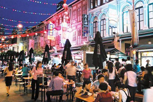 """Menikmati seafood bakar dan kwetiau-nya yang terkenal di """"Chinatown Food Street"""".. #SGTravelBuddy"""