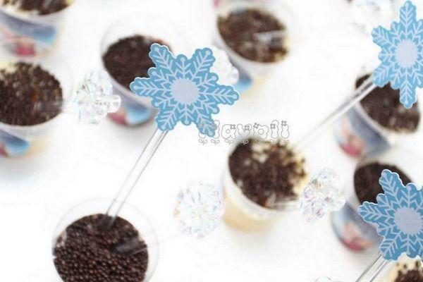 Palitos decorativos recortados em flocos de neve–Frozen