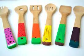 Cucharas de madera estampadas en color ideales para cocinar.
