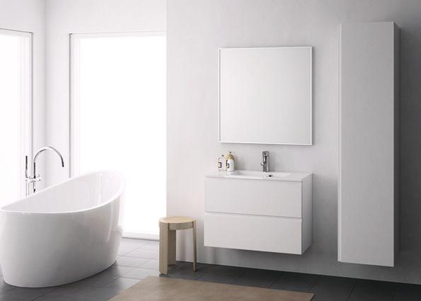 VALOISA KYLPYHUONE  Tämän kompaktin ja vaalean kylpyhuoneen vetimettömät allaskaappi ja pyykkikomero ovat Minimeri-mallistoa, josta löytyy paljon erilaisia tuotteita ja kokovaihtoehtoja. Pieneenkin kylpyhuoneeseen saadaan paljon säilytystilaa oikeilla ratkaisuilla.  Pesuallas on valumarmoria, jossa on likaa hylkivä evermite-pinta.  Peilin kehys on alumiinia.