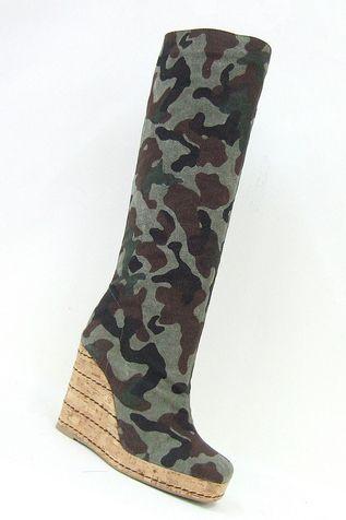 Stivali di canvas camouflage con zeppa di corda (Castañer, 210 euro).