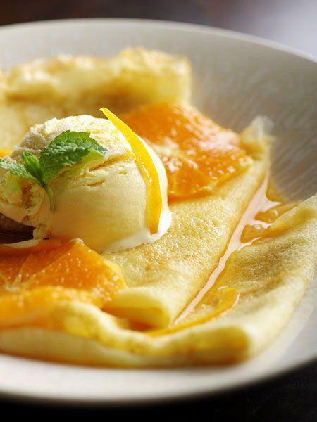 クレープシュゼット  リキュールをフランベして作る、オレンジ風味のあったかデザート最後にオレンジリキュール、グランマニエを加えてフランベする(強火で一気にアルコール分を飛ばす)のが特徴的なクレープシュゼット。フレッシュオレンジの爽やかな酸味と香りが、しっとりクレープのおいしさを引き立てる。  『ELLE a table』はおしゃれで簡単なレシピが満載!