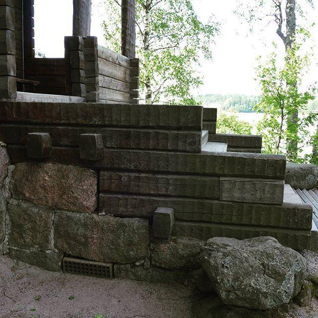 Etenkin Halosenniemen sisääntulon portaikosta näkee hyvin kansallisromanttisen estetiikan läpitunkevuuden. Suomalaista viimeistelemätöntä graniittia sekä kirveellä piilutettua ja pintakäsittelemätöntä pelkkahirttä rinnakkain.