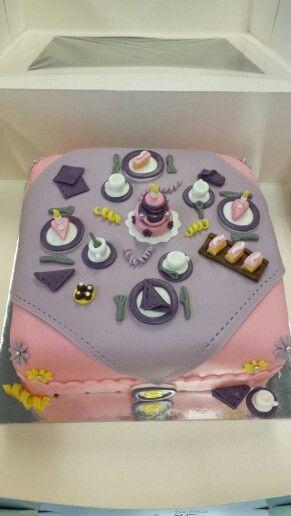 Super leuke verjaardagstaart!  Gedekte tafel met taart en tompouces.  Birthday cake / high tea cake.