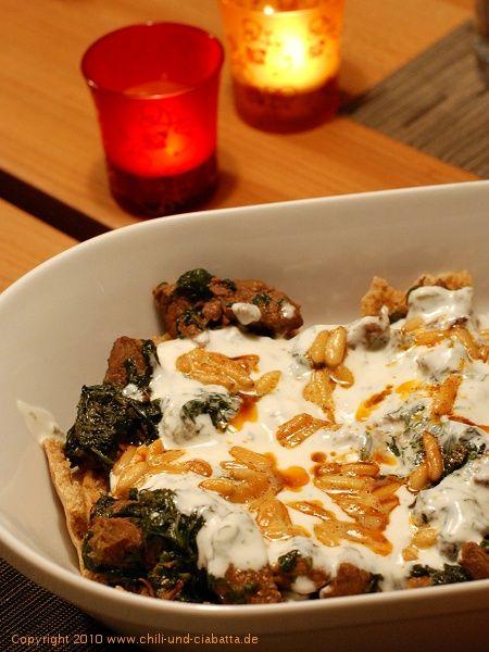 Chili und Ciabatta: Libanesisches Fleisch-Spinat-Ragout auf Röstbrot mit Joghurt