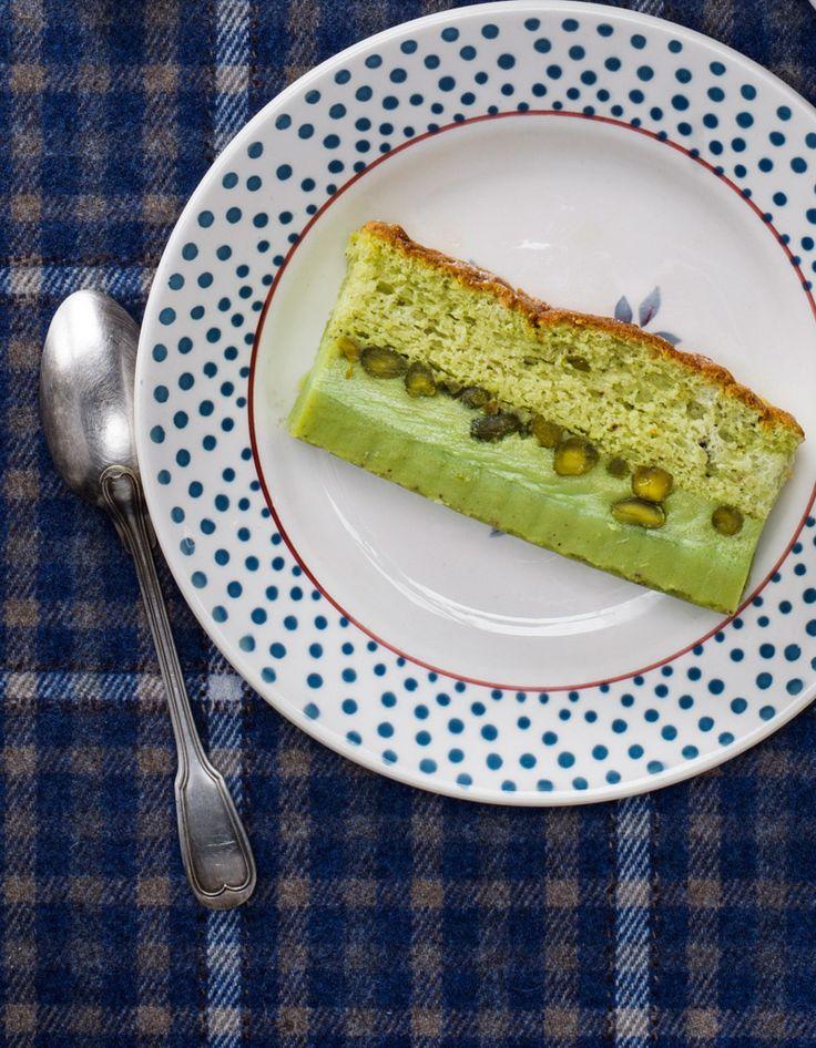 Recette Gâteau magique à la pistache : Battez 4 jaunes d'oeufs avec 150 g de sucre glace. Incorporez 110 g de beurre fondu refroidi, 1 cuil. à soupe bombé...