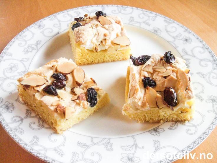 """Fasjonable """"Herregårdsruter"""" er basert på en populær, gammeldags, norsk oppskrift. Kaken består av en myk kakebunn som har mild sitronsmak, som dekkes av et lekkert lag marengs. Oppå drysses rosiner og mandelflarn. Nesten som en ekstra finslig variant av den klassiske, norske kaken som heter """"Mor Monsen"""" (se oppskrift på detsoteliv.no). Oppskriften er til liten langpanne."""