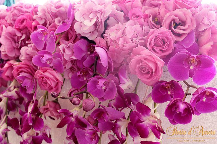 Президиум, украшенный живыми орхидеями цвета фуксии и фиолет.