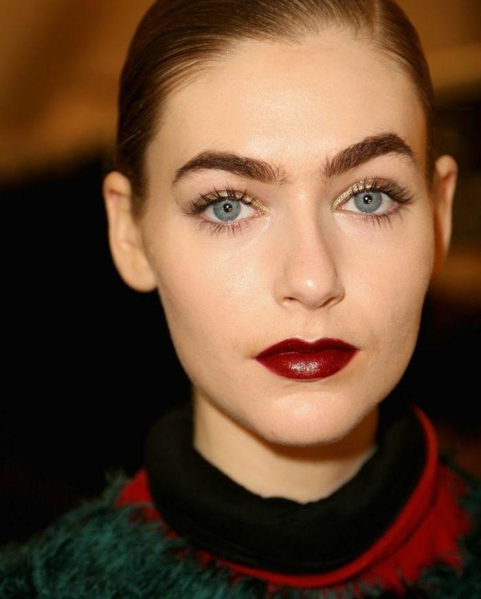 Dunkelblaues kleid rote lippen