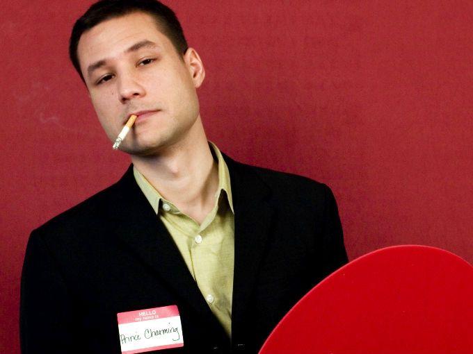 """¿Cuántas de nosotras no somos o salimos con fumadores sociales? Ese cigarrito los fines de semana con la cerveza o después del sexo pasa de ser un placer a algo casi indispensable. Pero, ¿habías pensado en cómo afecta el cigarro a tu vida sexual?  El Doctor Panayiotis M. Zavos, profesor de psicología reproductiva y andrología de la Universidad de Kentucky en Lexington afirmó: """"Fumar tiene un impacto directo y negativo en la sexualidad de un hombre en todos los niveles""""."""