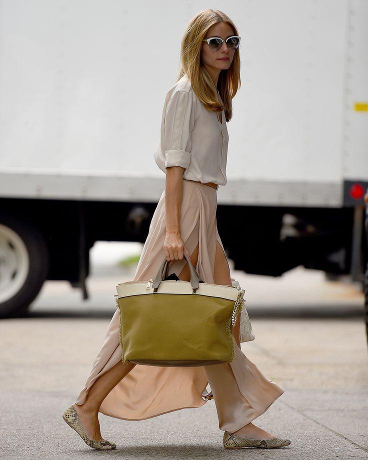 Falda larga fluida y camisa beige tonos neutros en contraste con el bolso.